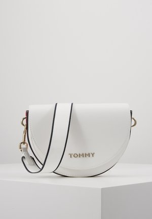 TOMMY STAPLE SADDLE - Across body bag - white