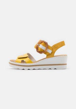 Platform sandals - gelb