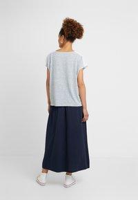 ONLY - ONLMIRA - Camiseta estampada - insignia blue/cloud dancer - 2