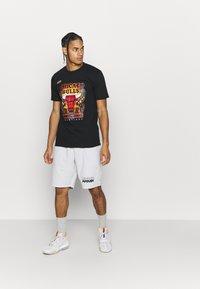 Mitchell & Ness - NBA LAST DANCE CHICAGO BULLS CHAMPS TEE - Article de supporter - black - 1