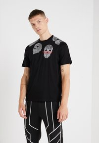 Neil Barrett BLACKBARRETT - 3D MESH SKULLS - T-shirt imprimé - black/white/red - 0