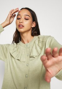 Monki - MIMMI  - Strikjakke /Cardigans - green - 3