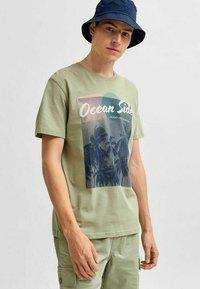 Selected Homme - STATEMENT - T-shirt med print - tea - 3