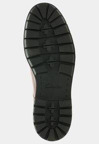 Clarks - BATCOMBE HALL - Sznurowane obuwie sportowe - braun - 2