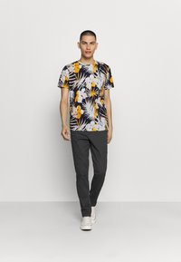 Jack & Jones - JORNIKO  - T-shirt print - spicy mustard - 1