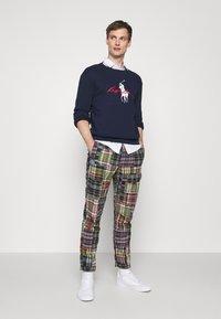 Polo Ralph Lauren - FLAT PANT - Trousers - multicoloured - 1