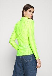 Who What Wear - PLISSE - Chemisier - acid green - 2