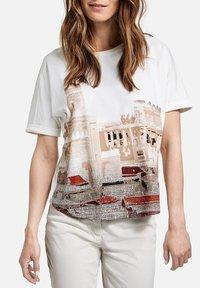 Gerry Weber - Print T-shirt - ecru/weiss/rot/orange patch - 1