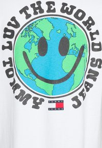 Tommy Jeans - LUV THE WORLD TEE UNISEX - T-shirt imprimé - white - 2