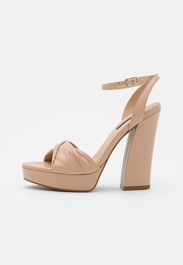 Sandały na platformie - camel beige