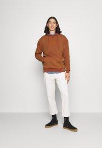 Karl Kani - SMALL SIGNATURE BOX WASHED HOODIE UNISEX - Sweatshirt - dark orange - 1