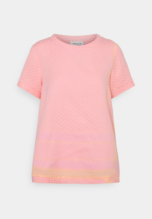 T-shirt print - pale dogwood