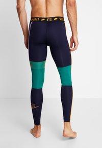 Nike Performance - Legginsy - blackened blue/mystic green/kumquat - 4