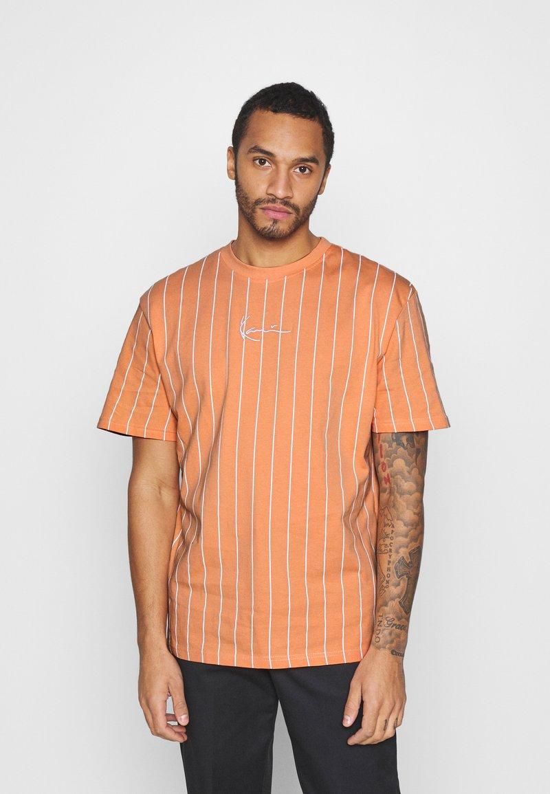 Karl Kani - SMALL SIGNATURE PINSTRIPE TEE UNISEX - Print T-shirt - coral/white