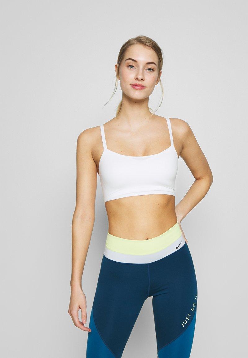 Nike Performance - INDY LUXE BRA - Sujetadores deportivos con sujeción ligera - summit white/platinum tint