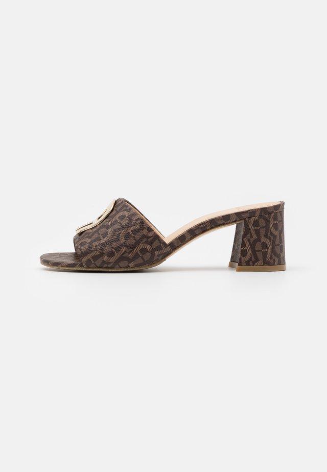 GRAZIA  - Pantofle na podpatku - fango