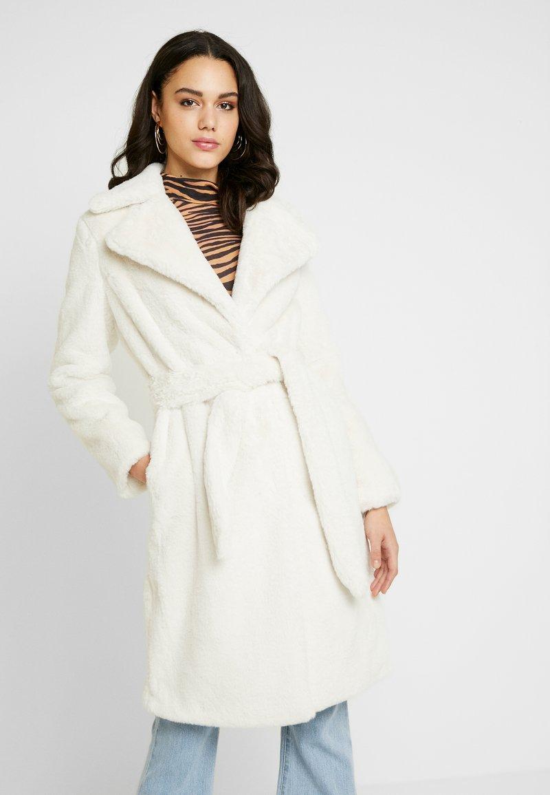 Miss Selfridge - BELTED LONGLINE WRAP COAT - Zimní kabát - cream