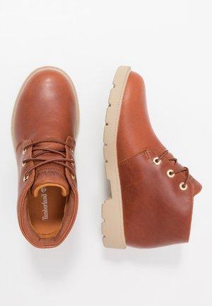 CHUKKA WP - Sznurowane obuwie sportowe - rust
