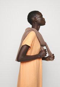 Holzweiler - GATE DRESS - Sukienka z dżerseju - peach orange - 3