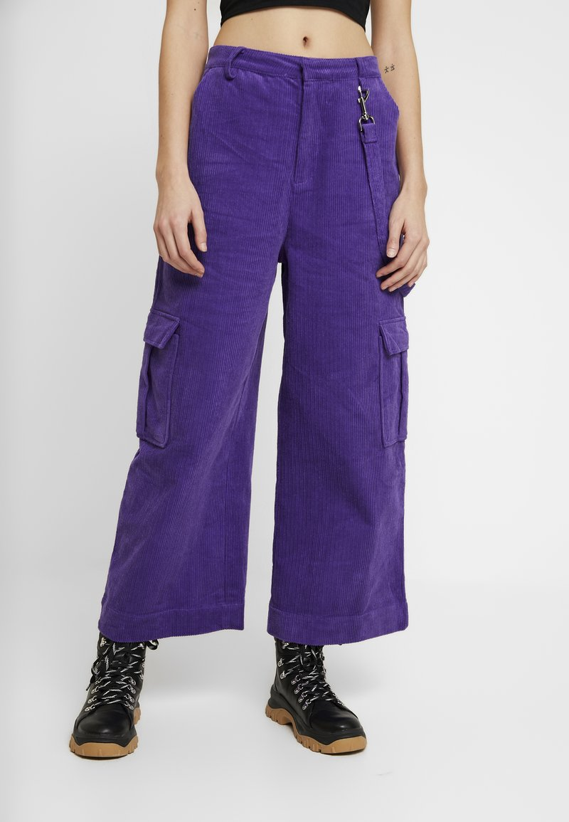 The Ragged Priest - WIDE LEG CROPPED TROUSER WITH COMBAT POCKET & STRAP DETAIL - Bukser - purple