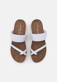 Madden Girl - CASE - Sandály s odděleným palcem - white - 5