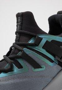 Nike Performance - FLEXMETHOD TRAINER - Gym- & träningskor - black/cool grey - 5