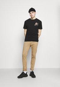 Nominal - FLORAL TEE - Print T-shirt - black - 1