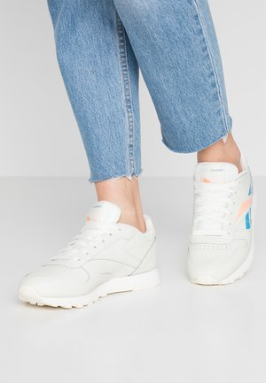 CLASSIC LEATHER CUSHIONING MIDSOLE SHOES - Trainers - chalk/creme white/sun glow