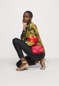 Versace Jeans Couture - LADY - Košile - black/carmin - 4