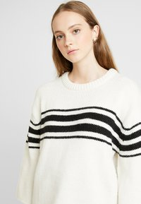 Vila - Jumper - whisper white/black - 4