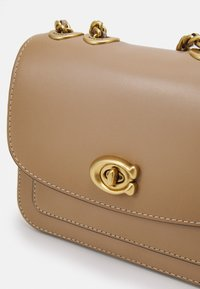 Coach - MADISON SHOULDER 16 - Across body bag - taupe - 4