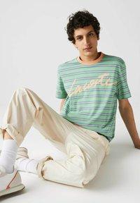 Lacoste - T-shirt imprimé - grün / hell orange / blau - 4