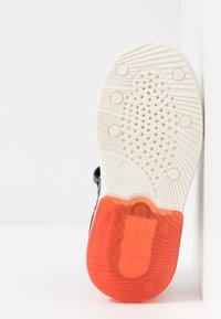Geox - GRAYJAY BOY - Sneakersy wysokie - black/dark orange - 4