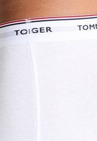 Tommy Hilfiger - PREMIUM ESSENTIAL LOW RISE HIP TRUNK 3 PACK - Shorty - white - 3
