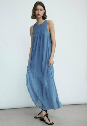 LANGES PLISSÉE MIT TRÄGERN  - Maxi dress - blue