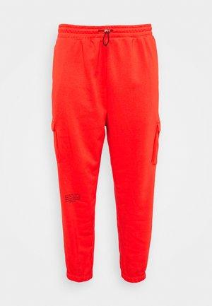 PANT - Pantalon cargo - crimson/black
