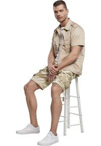 Brandit - BRANDIT ACCESSOIRES URBAN LEGEND  - Shorts - sandcamo - 4