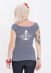 Queen Kerosin - MIT SÜSSER SCHLEIFE AM  - Print T-shirt - navy - 2