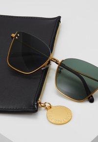 Stella McCartney - Sluneční brýle - gold-coloured/green - 2