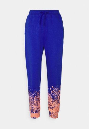 SIGNATURE PAINT SPLATTER  - Pantalones deportivos - blue