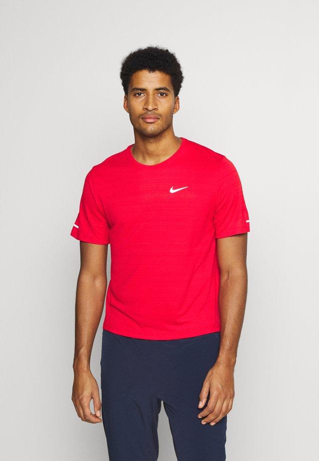 MILER  - Basic T-shirt - university red/reflective silver