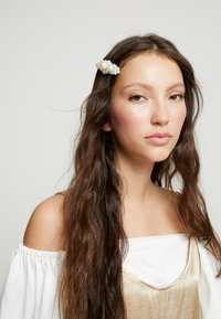 sweet deluxe - HAIR ACCESSORY - Hair Styling Accessory - white/gold-coloured - 1