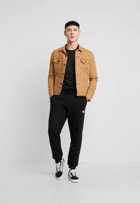 Tommy Jeans - BADGE PANT - Pantalon de survêtement - black - 1