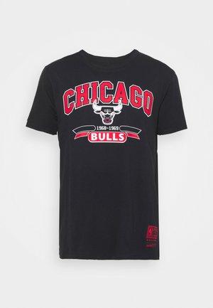 NBA CHICAGO BULLS ARCH LOGO TEE - Klubové oblečení - black