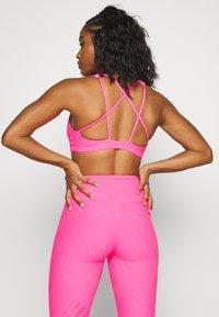 Onzie - MUDRA BRA - Sujetadores deportivos con sujeción ligera - neon pink selenite - 2