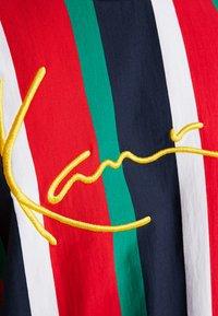 Karl Kani - SIGNATURE TEE - Camiseta estampada - navy/red/green/white - 5