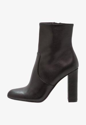 EDITOR - Kotníková obuv na vysokém podpatku - black