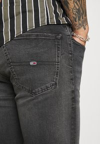 Tommy Jeans - AUSTIN SLIM TAPERED - Zúžené džíny - grey denim - 5