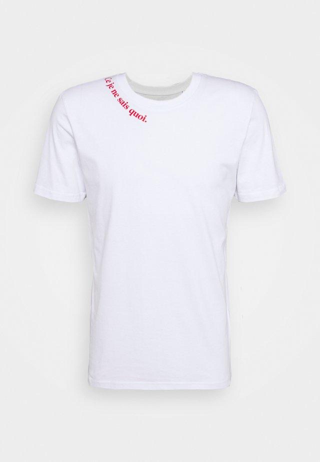 CE JE EN SAIS QUOI UNISEX - Print T-shirt - white/red