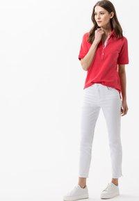 BRAX - STYLE CLEO - Polo shirt - papaya - 1